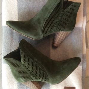 ⭐️NWT⭐️Vince Camuto Suede Laser Cut Booties